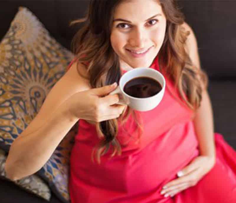 grávida tomando café