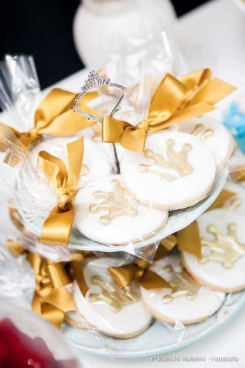 Bolachinhas embaladas individualmente com fita dourada