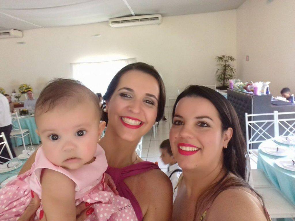 A pequena Isadora com a madrinha e a mamãe