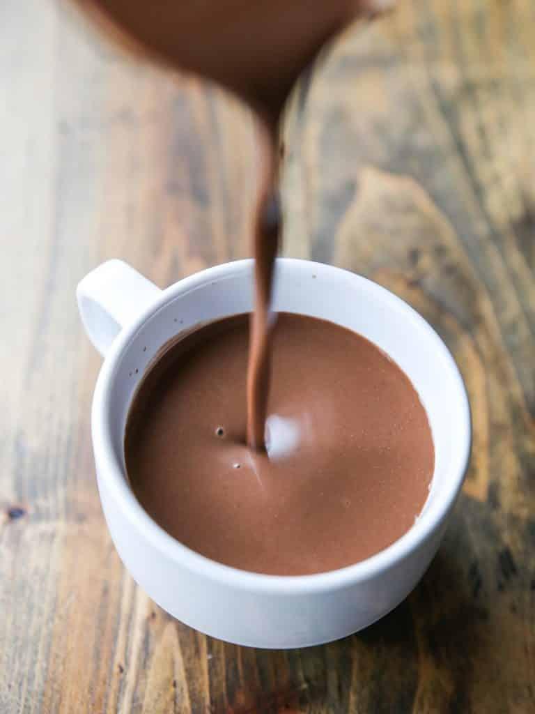 Chá de bebê no inverno: servir chocolate