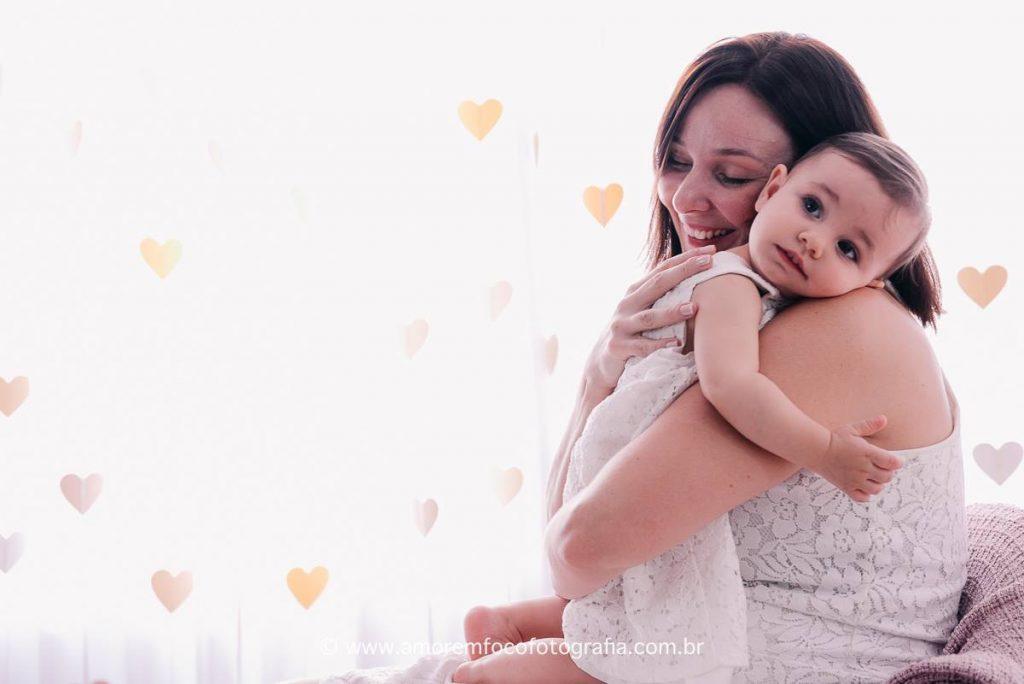 Fabíola Alonso, consultora em amamentação, e sua filha Laura