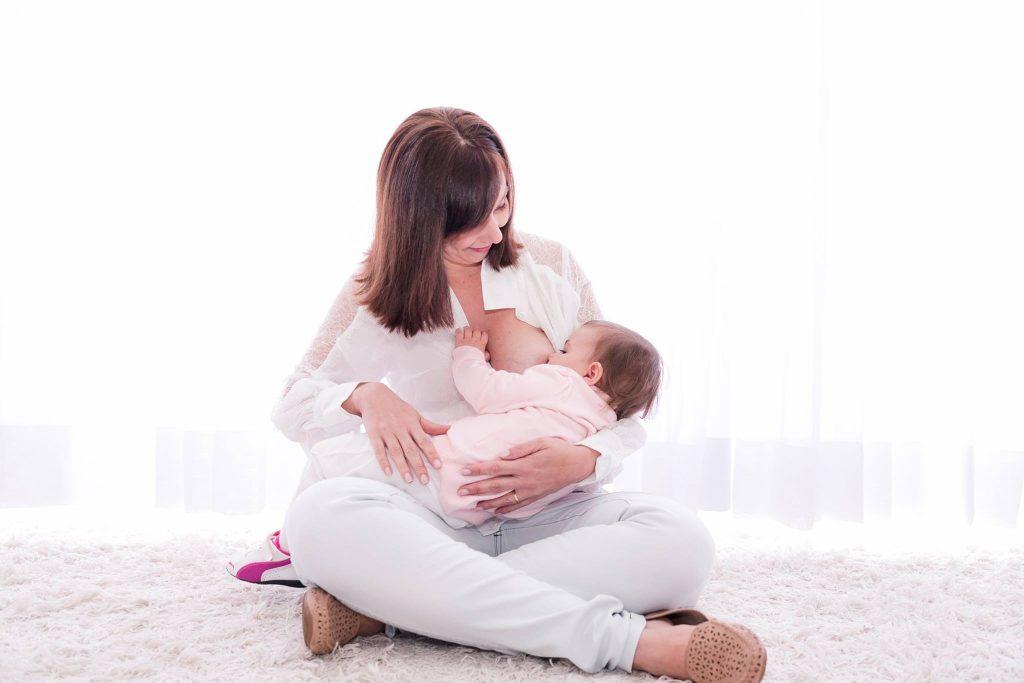 Como se preparar para a amamentação desde o início da gestação: Fabíola Alonso, da Materna Consultoria, e sua pequena Laura