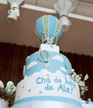 Decoração de chá de bebê: balões até no bolo. Chá de bebê de Alessandra Ambrósio